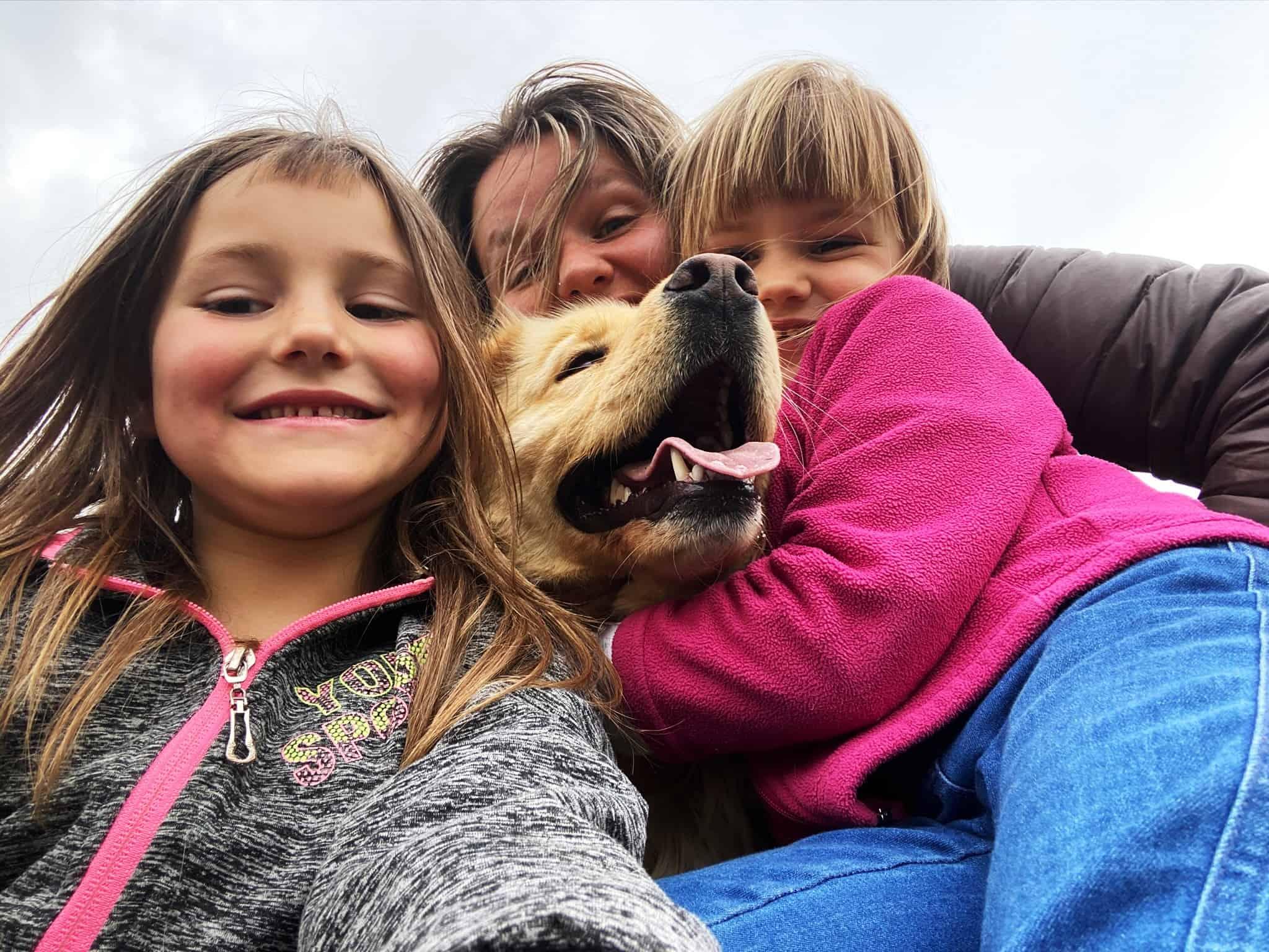 Angela, due delle sue bambine e Candy